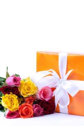 Geschenk mit Blumenstrauß