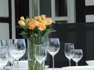 Stilleben mit Gläsern und Blumen