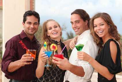 Partybesucher mit Cocktails