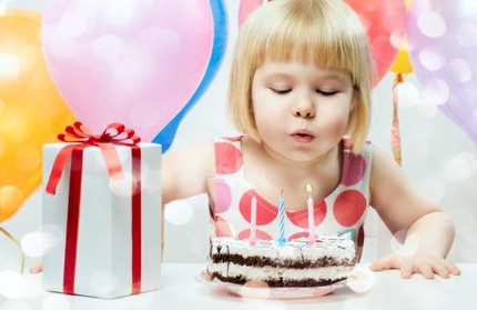 Kindergeburtstag mit Kuchen und Kerzen
